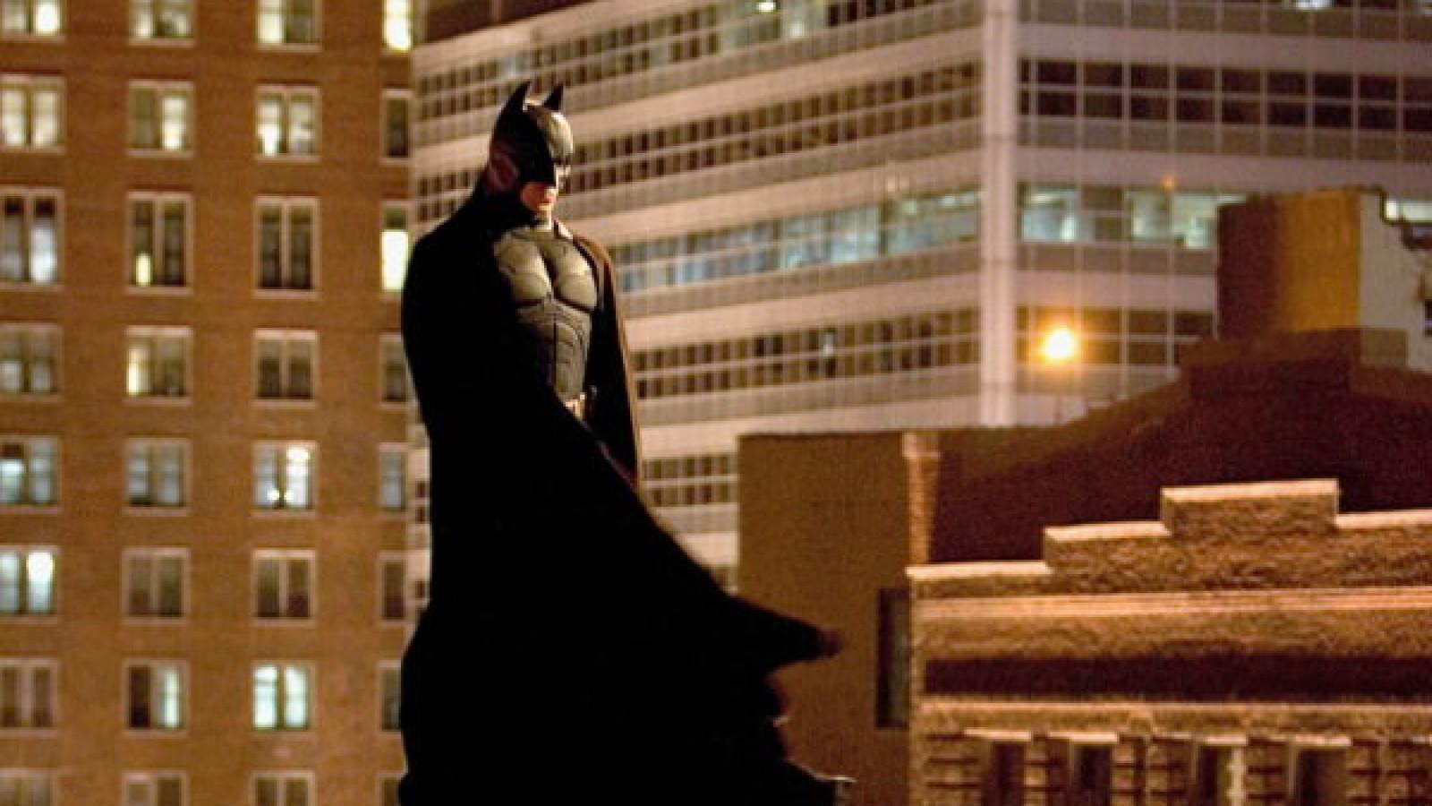 Title: BATMAN BEGINS ¥ Pers: BALE, CHRISTIAN ¥ Year: 2005 ¥ Dir: NOLAN, CHRISTOPHER ¥ Ref: BAT067AT ¥ Credit: [ THE KOBAL COLLECTION / WARNER BROS. / JAMES, DAVID ]